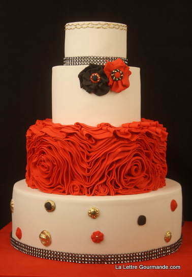 Un wedding cake rouge, noir et or